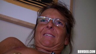 Foxy granny in glasses fingering her juicy cunt solo