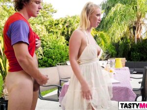 Picnic With GF Bailey Brooke And Mom Reagan Foxx Porn