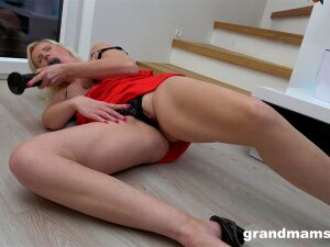 Video Of Dirty Mature Drilling Her Pussy With A Large Fake Dick Porn