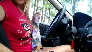 Cute blonde chick masturbates in her car on a cam show
