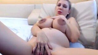 Schwangere mit prall gefüllten Milchtitten